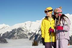Due adolescenti sulla festa del pattino in montagne Immagine Stock Libera da Diritti