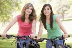 Due adolescenti sulle biciclette Fotografia Stock