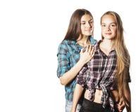 Due adolescenti svegli divertendosi isolati insieme su bianco Fotografia Stock Libera da Diritti