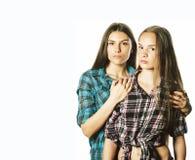 Due adolescenti svegli divertendosi isolati insieme su bianco immagine stock libera da diritti