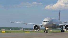 Due aerei che aspettano decollo stock footage