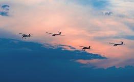 Due aerei e due alianti Immagine Stock