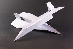 Due aeroplani di carta sul nero Fotografia Stock