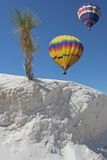 Due aerostati sopra la sabbia bianca Fotografie Stock