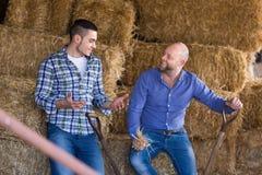 Due agricoltori che lavorano nel granaio Immagini Stock Libere da Diritti