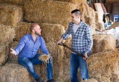 Due agricoltori che lavorano nel granaio Fotografie Stock Libere da Diritti