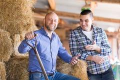 Due agricoltori che lavorano nel granaio Fotografia Stock Libera da Diritti
