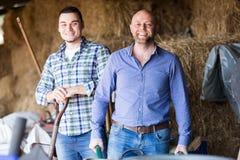 Due agricoltori che lavorano nel granaio Fotografia Stock