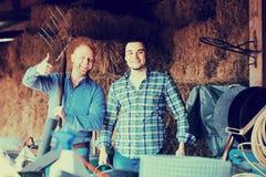 Due agricoltori che lavorano nel granaio Immagini Stock