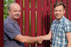 Due agricoltori che stringono le mani e che takling l'un l'altro Immagine Stock Libera da Diritti