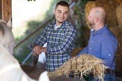 Due agricoltori con le forche Fotografia Stock