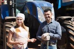 Due agricoltori si avvicinano al motore del campo Fotografie Stock Libere da Diritti