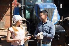 Due agricoltori si avvicinano al motore del campo Immagine Stock Libera da Diritti