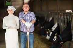 Due agricoltori in stalla Immagini Stock Libere da Diritti