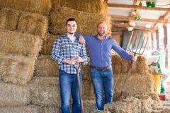Due agricoltori in un granaio Fotografia Stock Libera da Diritti