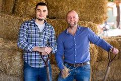 Due agricoltori in una tettoia Fotografia Stock Libera da Diritti