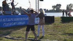 Due al concerto - fan che incoraggiano nel pubblico musica manifestazione la Russia Berezniki nel 21 luglio 2018 stock footage