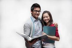 Due allievi asiatici 2 sorridenti Fotografia Stock