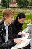 Due allievi che studiano all'aperto Fotografia Stock Libera da Diritti