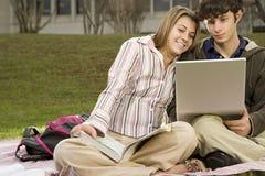 Due allievi che studiano all'aperto Fotografia Stock