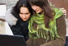 Due allievi che studing con il computer portatile fotografie stock