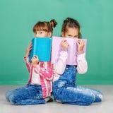 Due allievi con i libri Il concetto dell'infanzia, imparante, fri Fotografia Stock