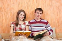 Due allievi con i libri nel paese Fotografie Stock