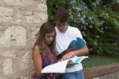 due allievi con il libro alla città universitaria Fotografia Stock Libera da Diritti
