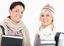 Due allievi femminili con lo sguardo dei libri Fotografie Stock Libere da Diritti