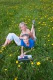 Due allievi femminili con un computer portatile Immagine Stock