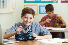 Due allievi maschii nella lezione di scienza che studiano robotica Fotografia Stock