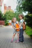 Due allievi, ragazzo e ragazza, sul modo alla scuola Immagine Stock
