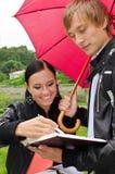 Due allievi sotto l'ombrello Fotografie Stock Libere da Diritti