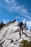 Due alpinisti che fanno un'escursione alla parte superiore della montagna Immagini Stock Libere da Diritti