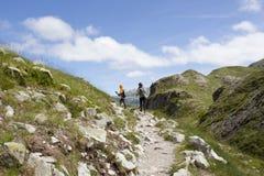 Due alpinisti che fanno un'escursione fra le montagne Immagine Stock Libera da Diritti