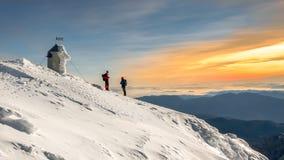 Due alpinisti che parlano sulla cima della montagna di Triglav fotografie stock libere da diritti