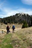Due alpinisti vanno fare un'escursione sulle montagne Fotografia Stock