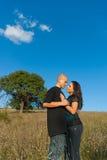 Due amanti su un campo della priorità bassa Fotografia Stock Libera da Diritti