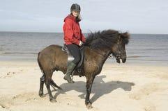 Due amazones sul horseback sulla spiaggia fotografie stock libere da diritti