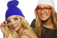 Due amiche abbastanza teenager che sorridono e che si divertono Fotografia Stock