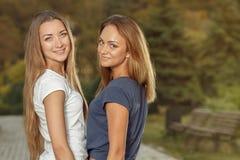 Due amiche attraenti all'aperto Fotografia Stock