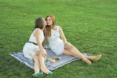 Due amiche che baciano sulla via fotografia stock libera da diritti