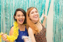 Due amiche che celebrano la sciarpa variopinta di usura e di Carnaval Immagine Stock