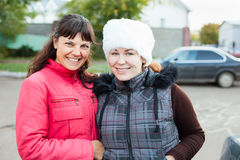 Due amiche femminili che si levano in piedi insieme Fotografia Stock Libera da Diritti