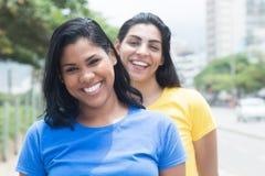 Due amiche messicane in camice variopinte nella città Fotografia Stock Libera da Diritti