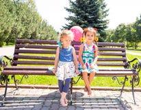 Due amiche Piccoli bambini adorabili Fotografie Stock Libere da Diritti