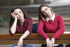 Due amici annoiati alla morte Fotografie Stock