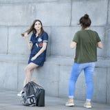 Due amici che camminano insieme e che prendono le immagini a vicenda Fotografia Stock