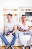 Due amici che giocano i video giochi Immagini Stock Libere da Diritti