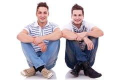 Due amici che si siedono vicino a vicenda Fotografia Stock